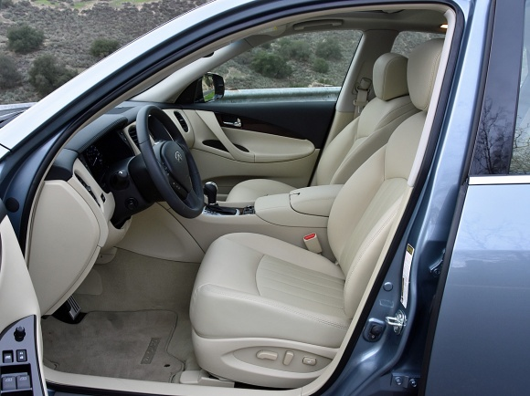 2017 Infiniti QX50 front seats